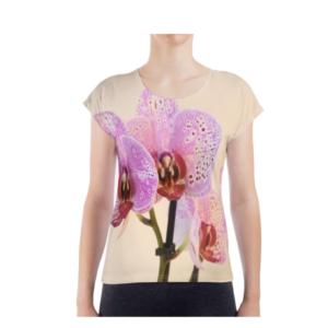 dit is een tshirt met een all-over print van een orchidee - de voorkant